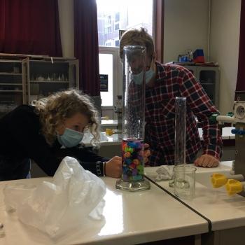 2 STEM-wetenschappen ontdekt het labo