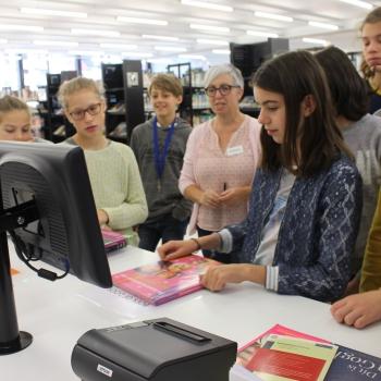 Enthousiaste eerstes grasduinen in stadsbibliotheek